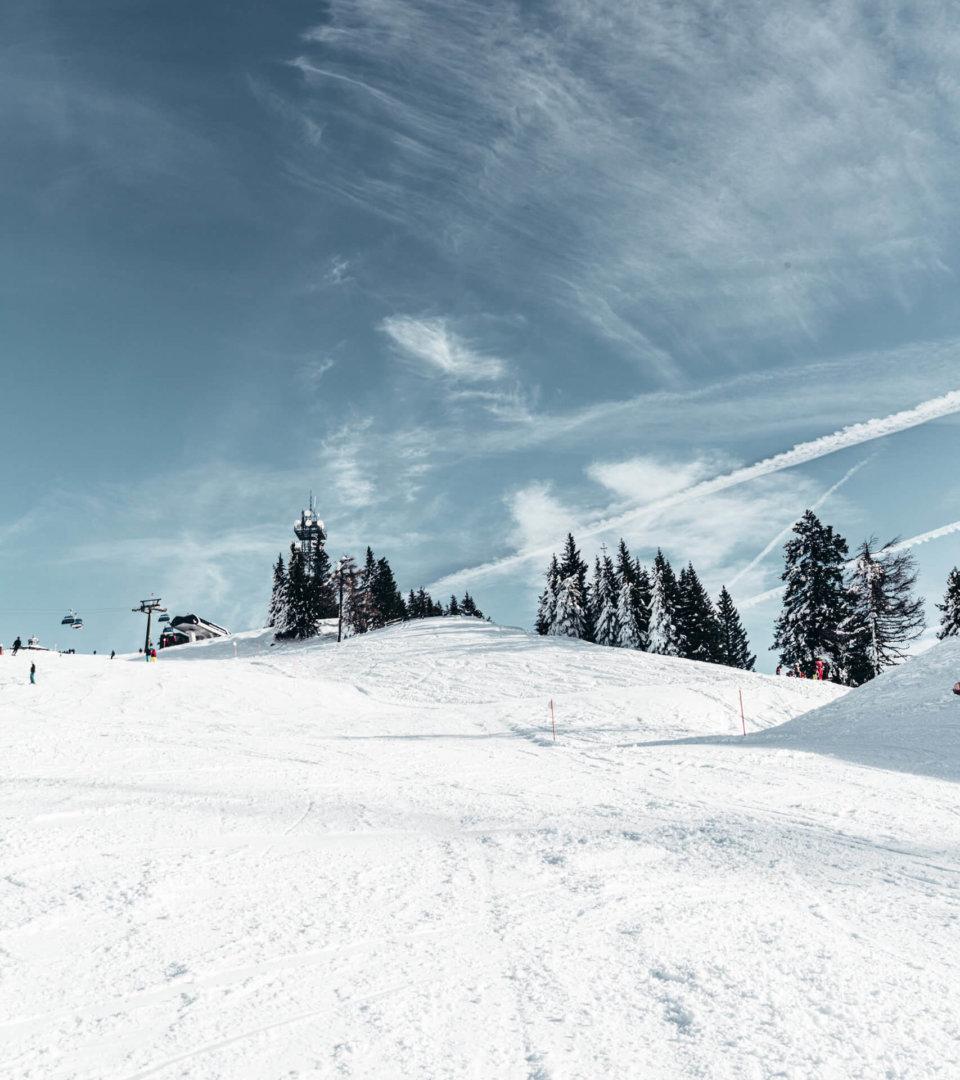 Skipiste und blauer Himmel