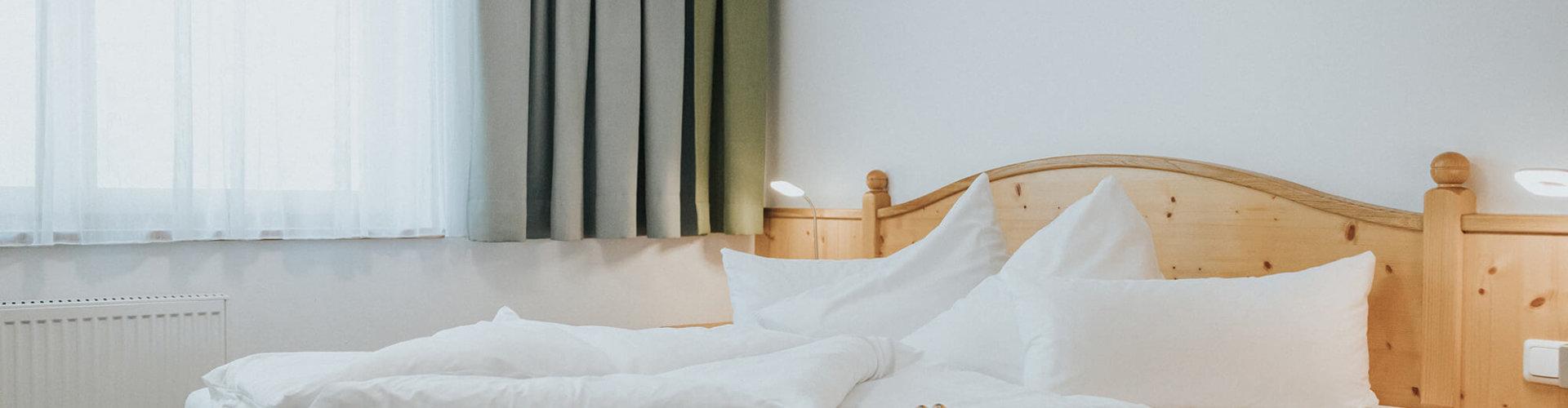 Waldblick-Doppelzimmer Bett mit Fenster